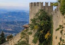 Le Saint-Marin, mur enrichi, jour d'été Photos stock