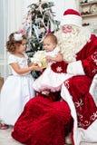 Le Saint Nicolas donne des cadeaux de Noël Images libres de droits