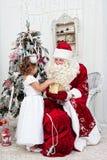 Le Saint Nicolas donne des cadeaux de Noël Image libre de droits