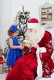 Le Saint Nicolas donne des cadeaux de Noël Images stock