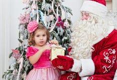 Le Saint Nicolas donne des cadeaux de Noël Photo stock