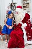 Le Saint Nicolas donne des cadeaux de Noël Photos libres de droits