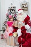 Le Saint Nicolas donne des cadeaux de Noël Photographie stock