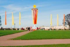 Le saint-peterburg de la Russie peut 07, 2011 : Décoration de la broche de Vasilyevsky Island dans Victory Day le 9 mai St Photos libres de droits