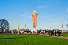 Le saint-peterburg de la Russie peut 07, 2011 : Décoration de la broche de Vasilyevsky Island dans Victory Day le 9 mai St Image stock