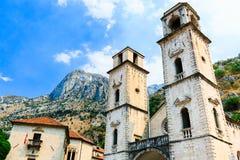 Le saint Tryphon de cathédrale est cathédrale catholique dans la vieille ville de Kotor, Monténégro Montagne de Lovcen au fond Photo libre de droits