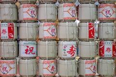 Le saké enfûte rayé et empilé au mur Photo libre de droits