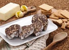 Le salami de chocolat a découpé en tranches Photos libres de droits