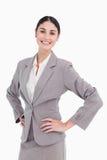 Le saleswoman med händer på henne höft Royaltyfri Foto