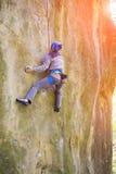 Le salite della ragazza sulla roccia Fotografia Stock