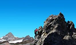 Le salite della viandante su roccia nei precedenti montano Zinalrothorn Immagine Stock Libera da Diritti