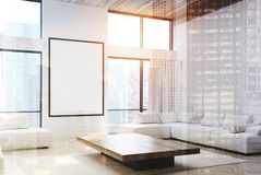 Le salon blanc, les sofas et une affiche doublent Image libre de droits
