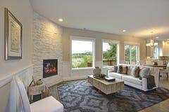Le salon de luxe comporte la cheminée de pierre angulaire image stock