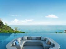 Le salon et la piscine en mer de luxe regardent l'hôtel images stock