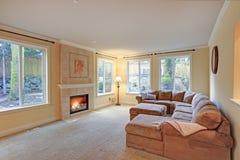 Le salon léger spacieux comporte la cheminée classique photos stock