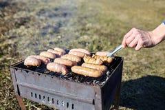 Le salsiccie crude da carne di pollo sono cucinate sulla griglia Concetto fotografia stock