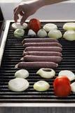 Salsiccie, pomodori & cipolle sulla griglia Fotografia Stock Libera da Diritti