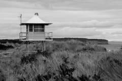 Le salvavite di una spuma si elevano sulle dune di una spiaggia australiana della spuma Immagini Stock Libere da Diritti