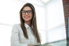 Le sammanträde för affärskvinna på kontorsskrivbordet royaltyfri foto