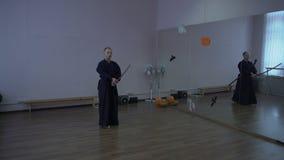 Le samouraï dans le kimono mène le combat d'ombre à l'aide de l'épée de katana dans le hall avec des miroirs sur le helouin banque de vidéos