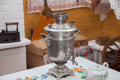 Le samovar sur la table Images libres de droits