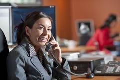 le samtal för affärskvinnatelefon arkivbilder