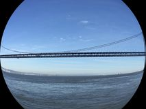Le San Francisco Oakland Bay Bridge, midspan dans l'île de Yerba Buena photo libre de droits