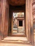 Le sanctuaryof Banteay Srei de portes Photos libres de droits