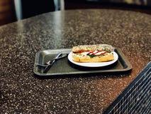 Le sandwich à mozzarella en Poppy Seed Bread a servi avec le plateau photographie stock
