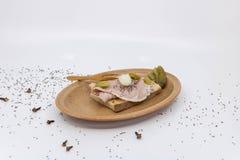 Le sandwich au jambon de jambon avec le cornichon a servi dans un plat en céramique de Vallauris images stock