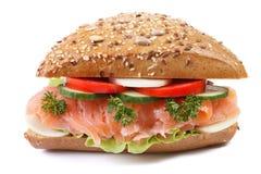 Le sandwich avec le plan rapproché de saumons et de légumes a isolé l'avant Photos stock