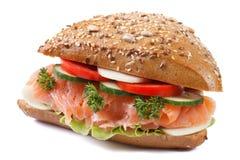 Le sandwich avec le plan rapproché de saumons et de légumes a isolé le côté Image libre de droits