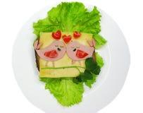 Le sandwich créatif à nourriture avec la saucisse et le fromage a servi sur la laitue Photographie stock libre de droits