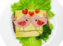 Le sandwich créatif à nourriture avec la saucisse et le fromage a servi sur la laitue Photo libre de droits