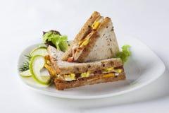 Le sandwich deux avec du jambon et le fromage beurrent des épices, saucisse, pepperoni, oeuf, chaux, lard photos libres de droits