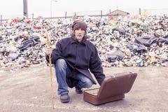 Le sans-abri rassemble l'aumône de la valise photos libres de droits