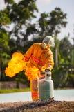 Le sapeur-pompier avec le feu et le costume pour protègent le pompier pour les sapeurs-pompiers s'exerçants images libres de droits