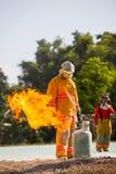 Le sapeur-pompier avec le feu et le costume pour protègent le pompier pour les sapeurs-pompiers s'exerçants photographie stock libre de droits