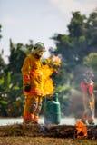 Le sapeur-pompier avec le feu et le costume pour protègent le pompier pour les sapeurs-pompiers s'exerçants photos libres de droits