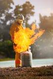 Le sapeur-pompier avec le feu et le costume pour prot?gent le pompier pour les sapeurs-pompiers s'exer?ants photographie stock