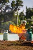 Le sapeur-pompier avec le feu et le costume pour prot?gent le pompier pour les sapeurs-pompiers s'exer?ants photo stock