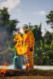 Le sapeur-pompier avec le feu et le costume pour prot?gent le pompier pour les sapeurs-pompiers s'exer?ants image libre de droits
