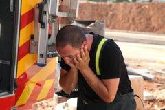 Le sapeur-pompier courageux se lave le visage Photographie stock libre de droits
