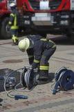 Le sapeur-pompier préparent l'équipement photo libre de droits