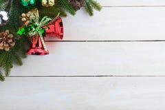 le sapin de cloche de Noël geeen le ruban avec Noël heureux des textes Images libres de droits