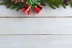 le sapin de cloche de Noël geeen le ruban avec Noël heureux des textes Photos stock