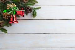 le sapin de cloche de Noël geeen le ruban avec Noël heureux des textes Photo libre de droits
