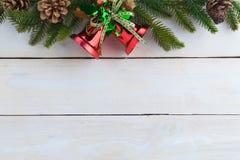 le sapin de cloche de Noël geeen le ruban avec Noël heureux des textes Photo stock