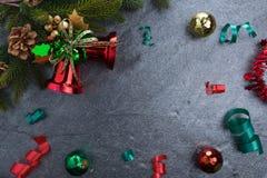le sapin de cloche de Noël geeen le ruban avec Noël heureux des textes sur le sto Images stock