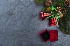 le sapin de cloche de Noël geeen le ruban avec Noël heureux des textes sur le sto Photographie stock